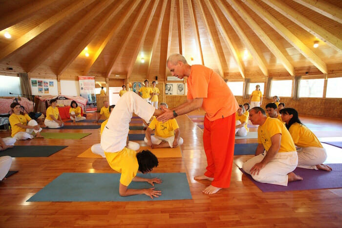 "<div style=""font-family: catamaran; color:#ffffff"">Centro de Yoga Sivananda</br><span style=""font-size: .8em"">Madrid 