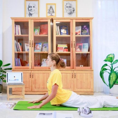 "<div style=""line-height:1.3; color: #efa110; font-family: catamaran"">Online: Yoga Teacher Training</div>"