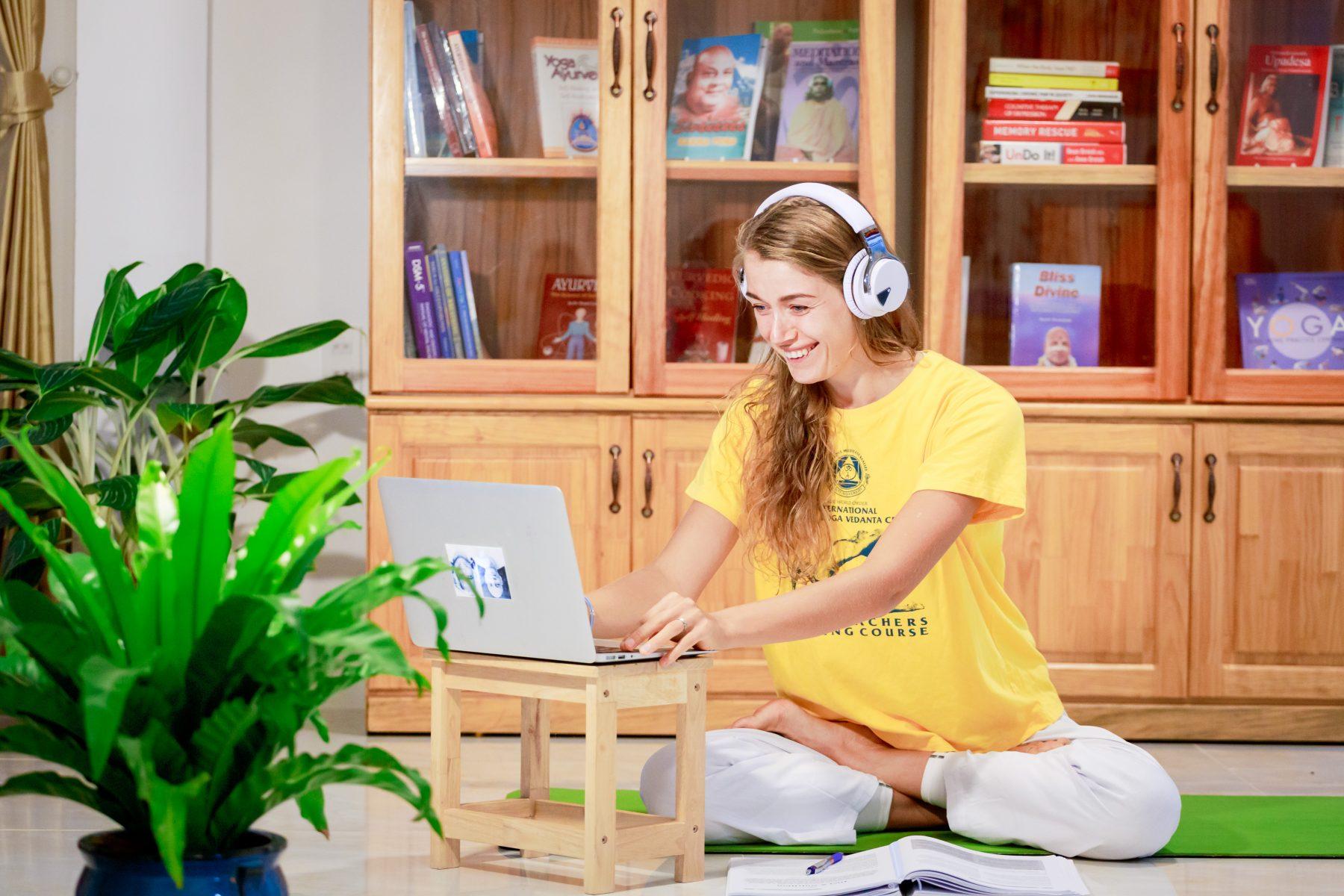sivananda yoga teacher training online