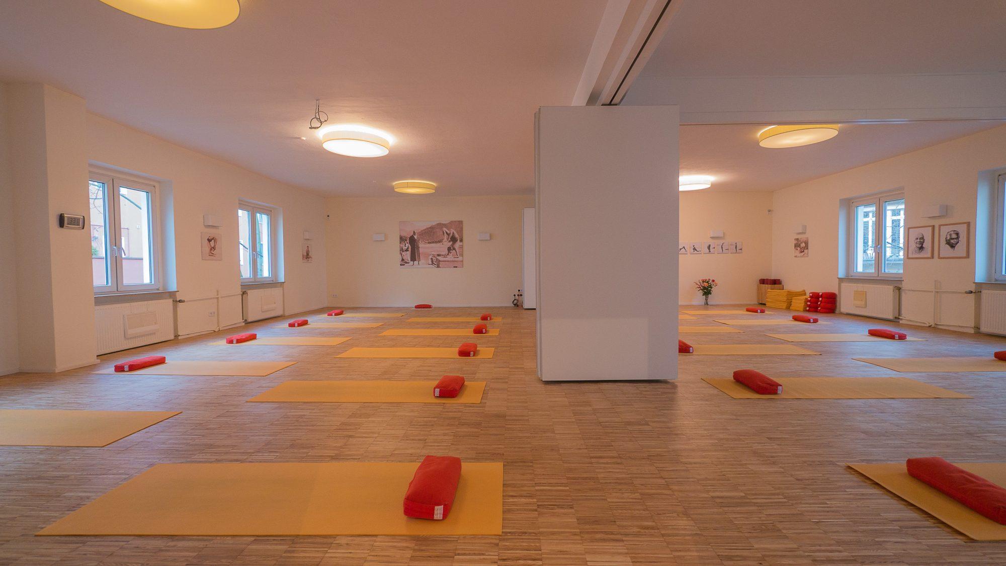 "<div style=""font-family: catamaran; color:#ffffff"">Sivananda Yoga Vedanta Zentrum</br><span style=""font-size: .8em"">Berlin | Germany</span></div>"