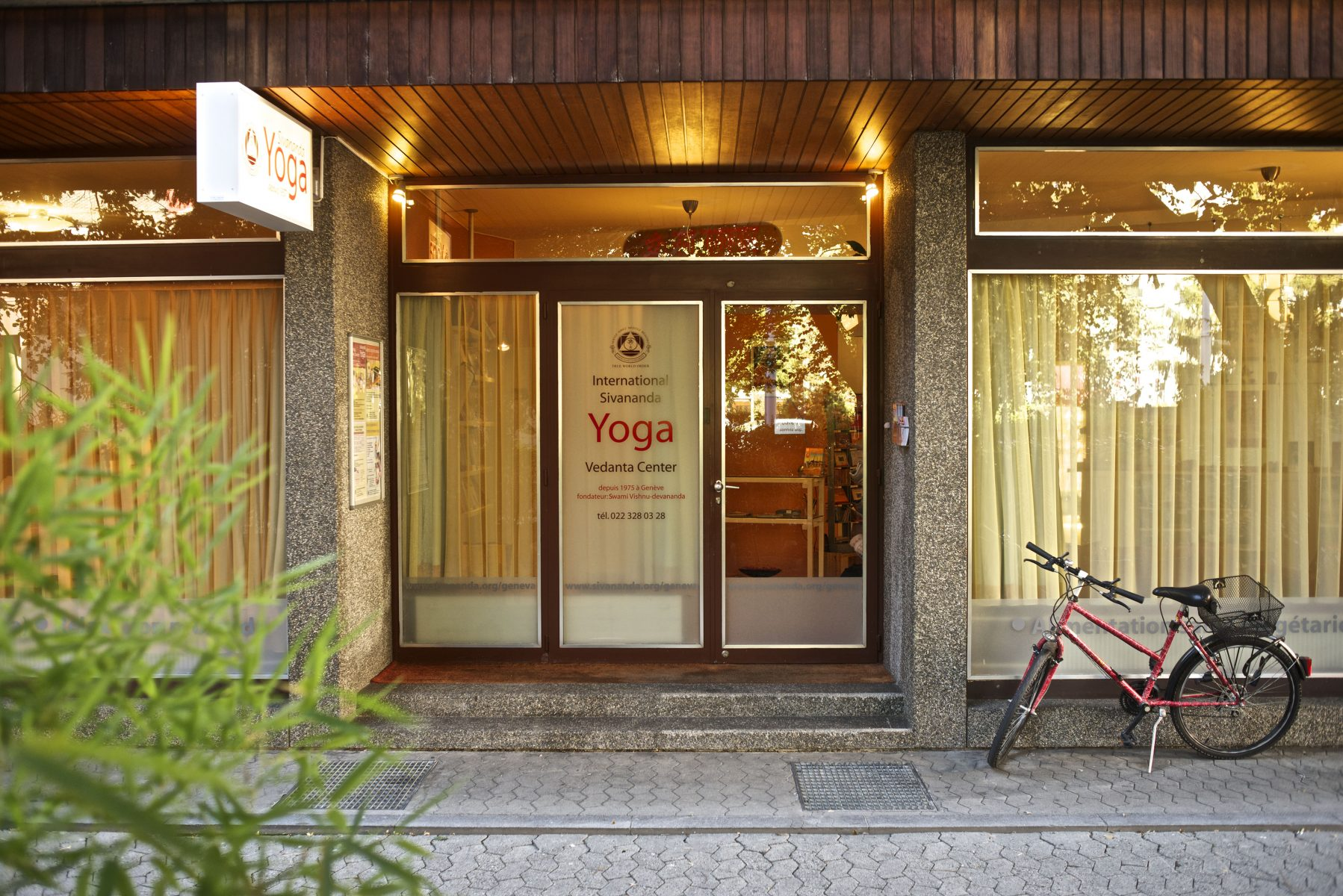 "<div style=""font-family: catamaran; color:#ffffff"">Centre de Yoga Sivananda</br><span style=""font-size: .8em"">Geneva | Switzerland</span></div>"